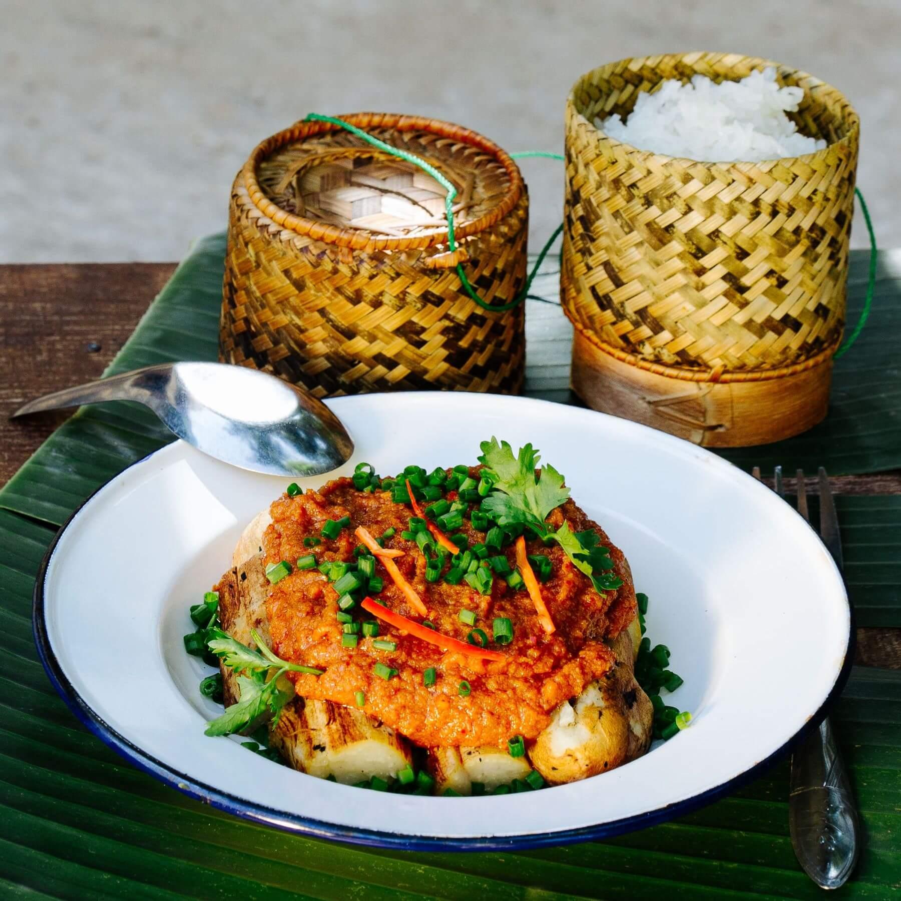 Laotischer warmer Auberginen-Salat mit Curry