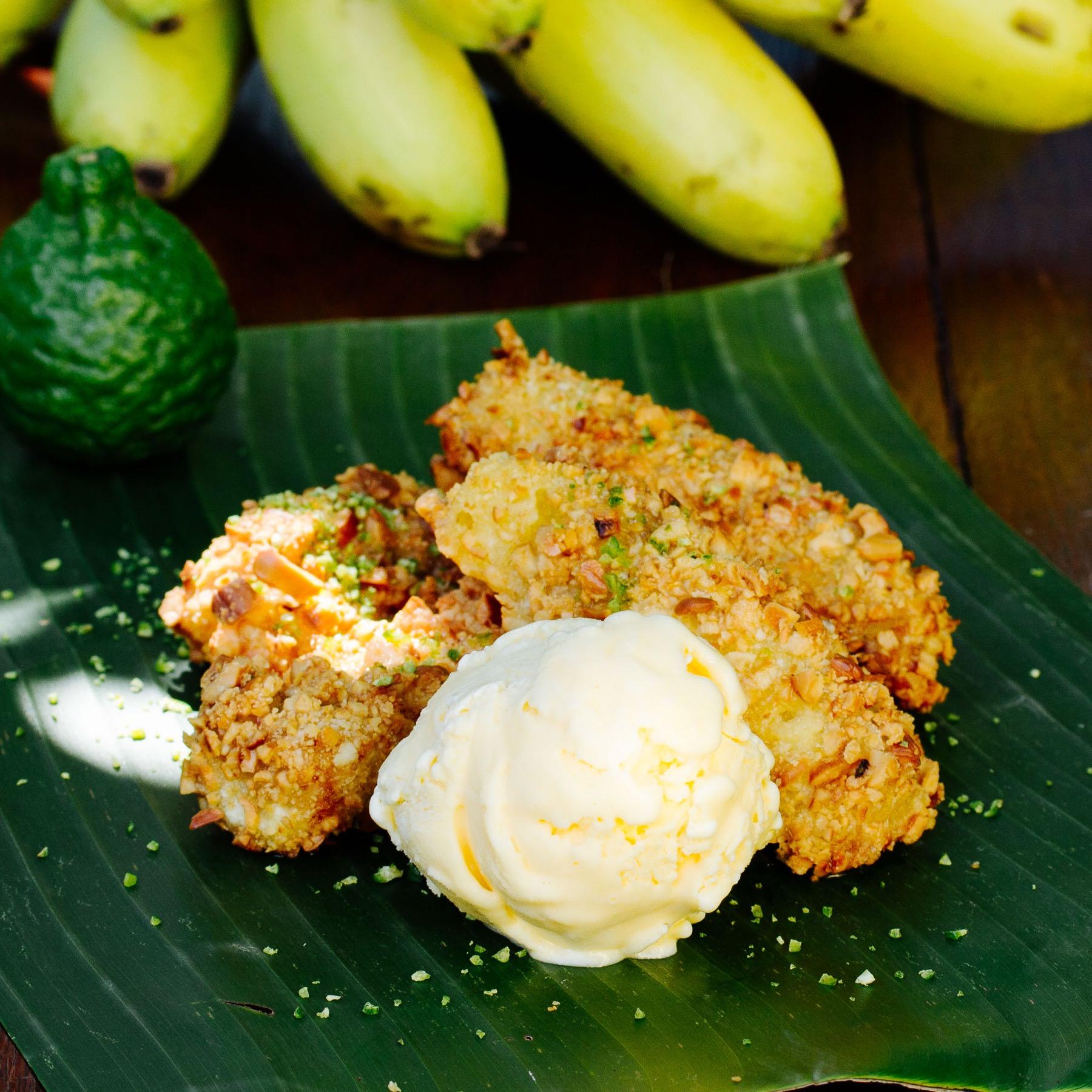 Frittierte Bananen mit Cashew-Kernen und Kaffirlimetten-Sauce