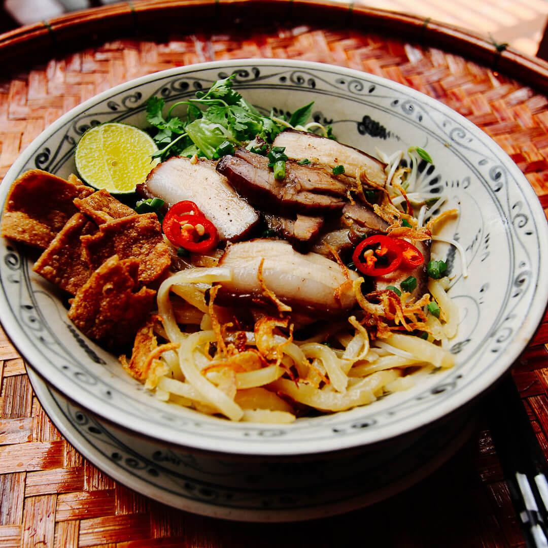 Geschmortes Schwein mit Cao Lau Nudeln aus Hoi An