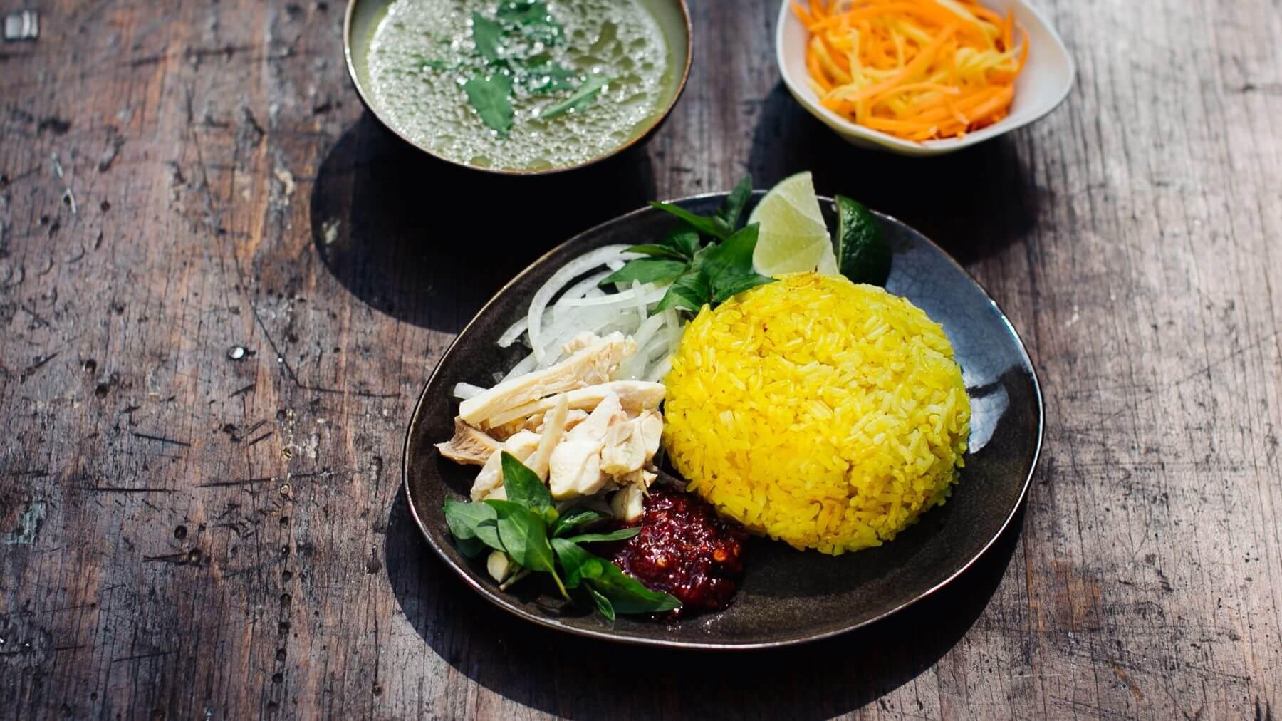 Kurkuma-Ingwer Reis mit Hähnchen aus Hoi An - Com Ga