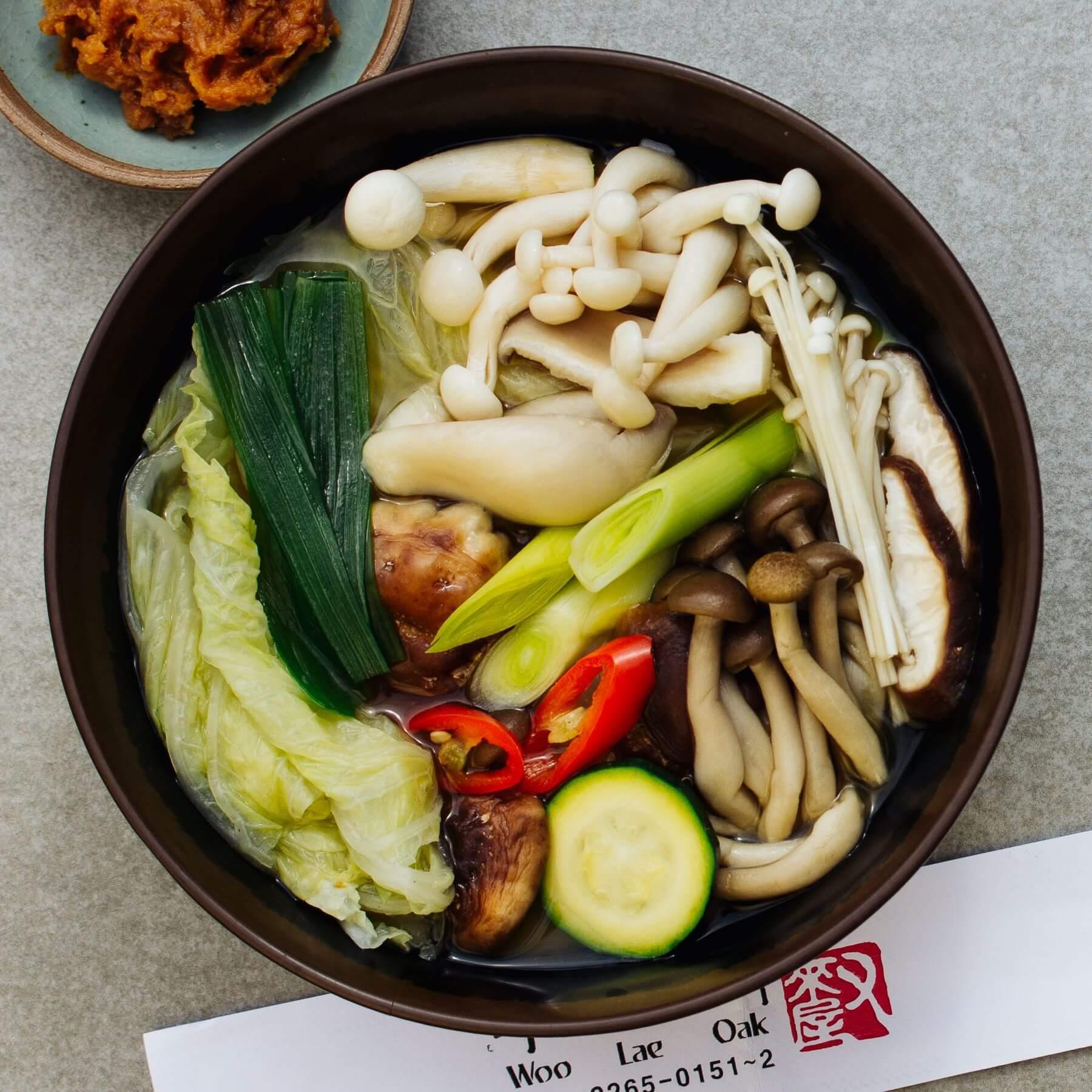 Koreanischer Hot Pot mit Pilzen und Tofu - Doenjang Beoseot Jeongol
