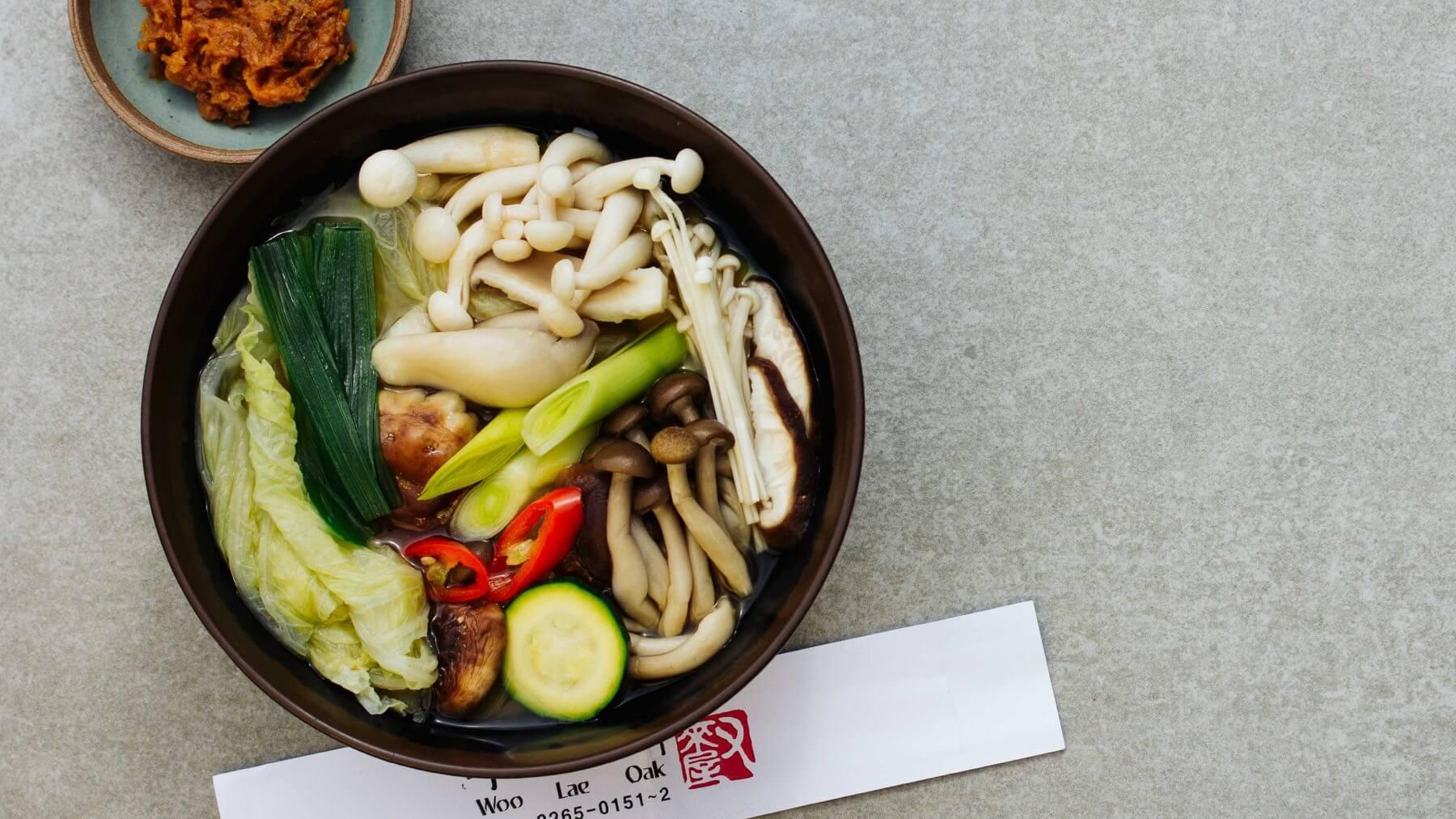 Koreanischer Hot Pot mit Pilzen und Tofu – Doenjang Beoseot Jeongol