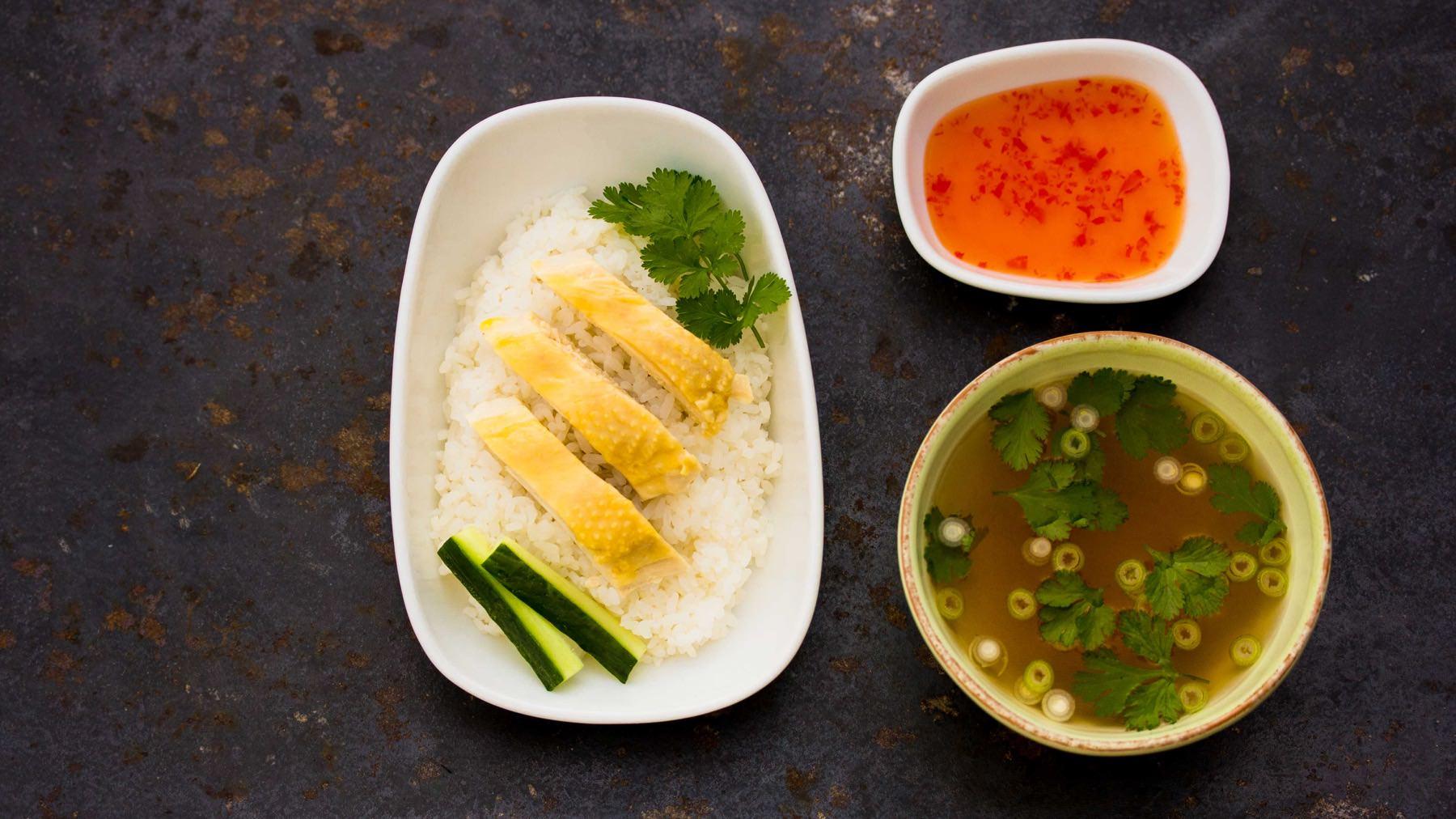 Khao Man Gai - Saftiges Hähnchen mit aromatischem Reis