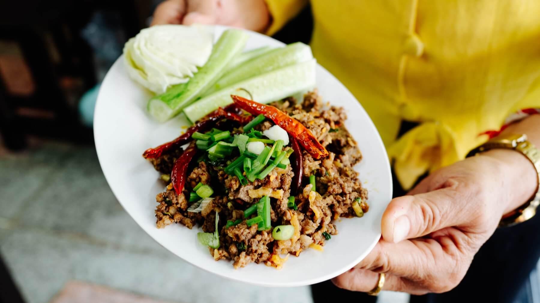 Laab Moo - Thai-Salat mit gehacktem Schweinefleisch