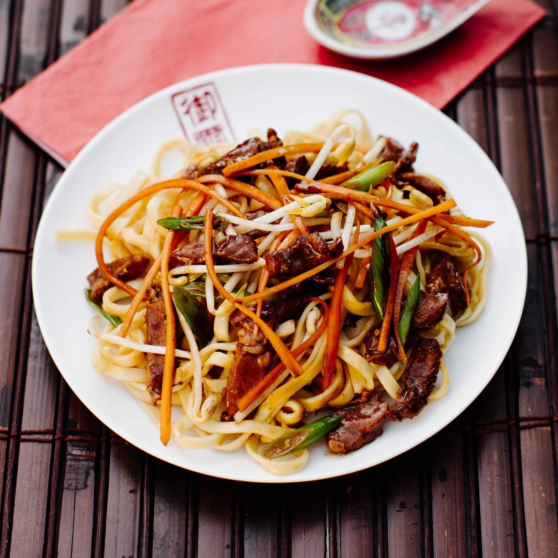 Gebratene Nudeln aus dem Wok mit Schweinefleisch - Zhu Rou Chao Mian