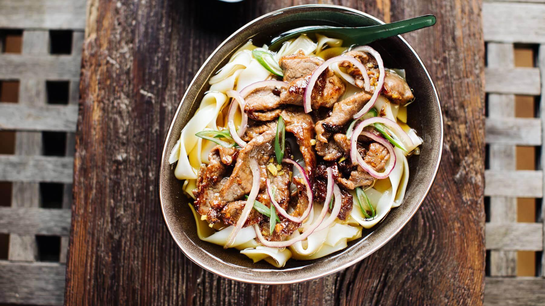 Vietnamesische Reisnudelsuppe mit Rindfleisch aus dem Wok