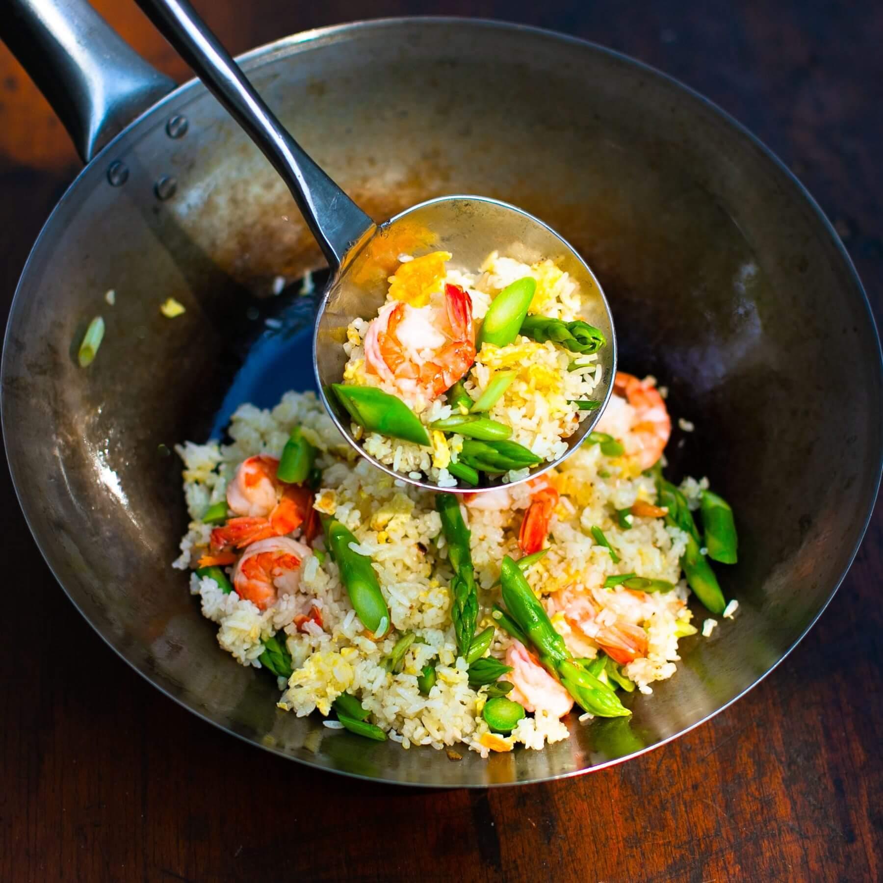 Gebratener Reis mit Garnelen und grünem Spargel aus dem Wok