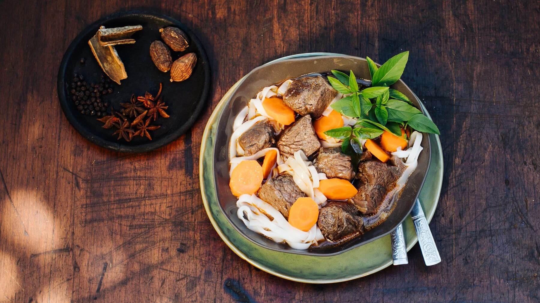 Geschmortes Rindfleisch mit Reisbandnudeln und Schwarzem Kardamom