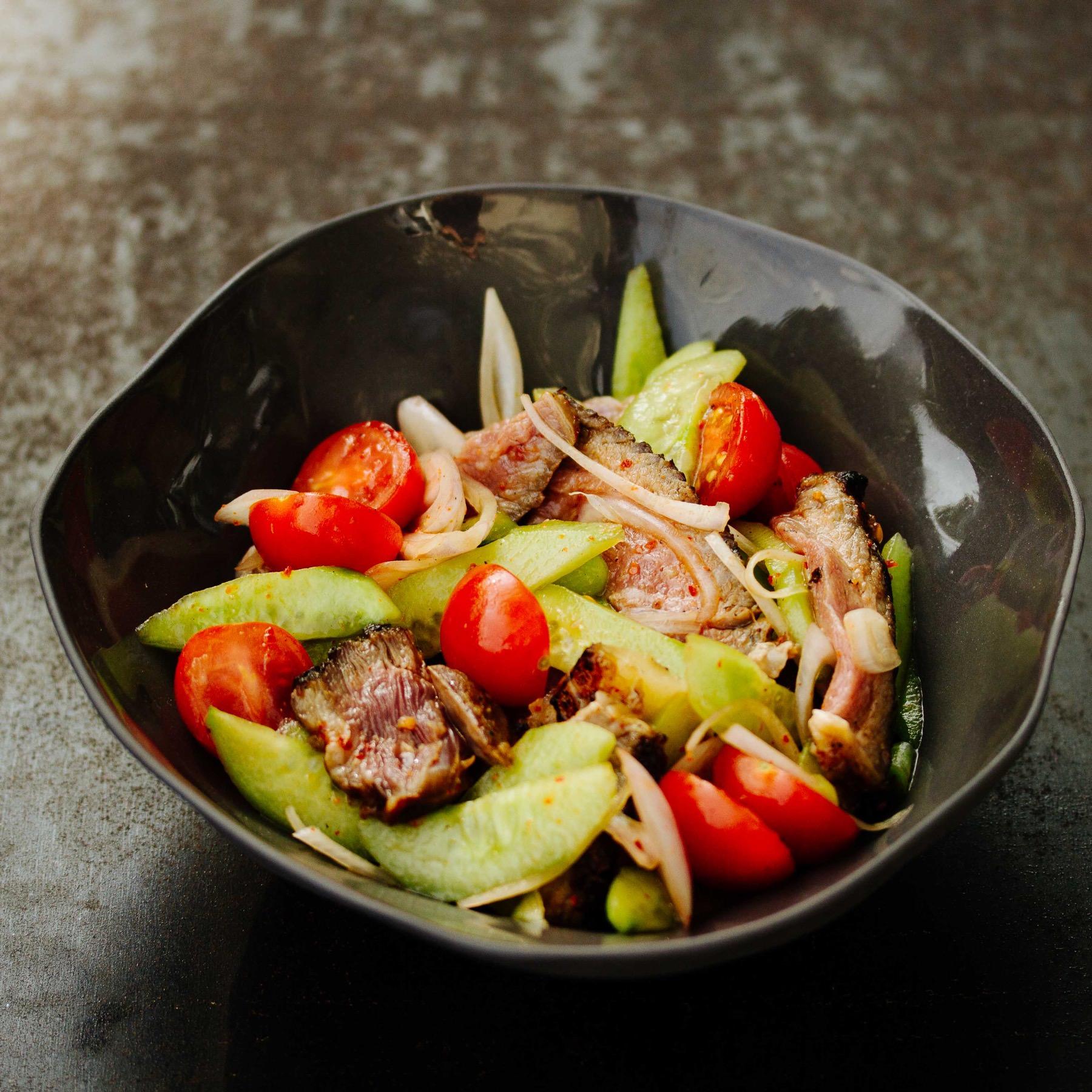 Scharfer Thai-Rindersalat mit gegrilltem Steak - Yam Nuea Yang