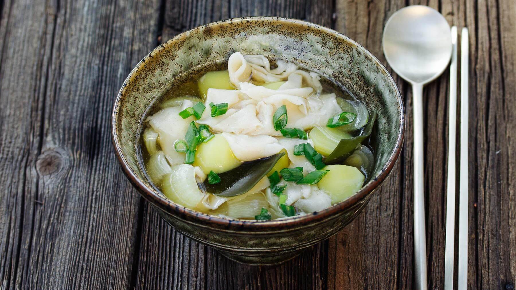 Koreanische Suppe mit handgezogenen Nudeln - Sujebi