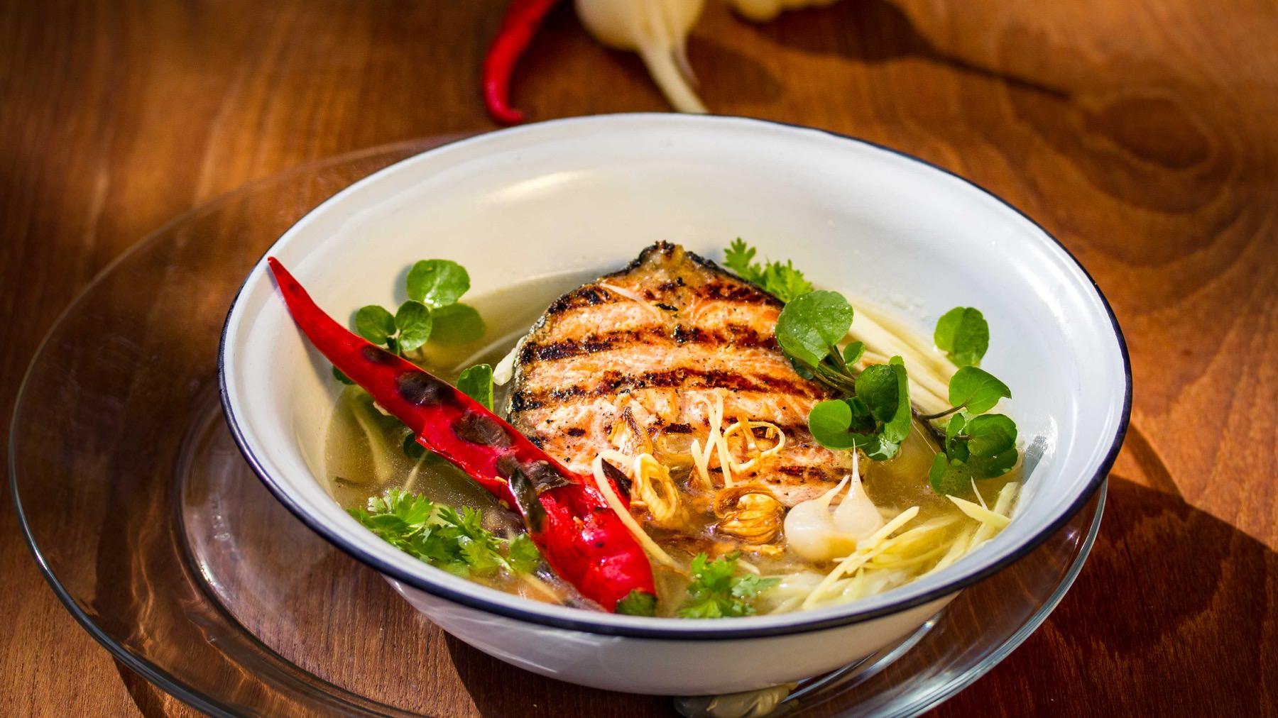 Thai-Fischsuppe mit grüner Mango - Pla Krapong Khao Thom king brung