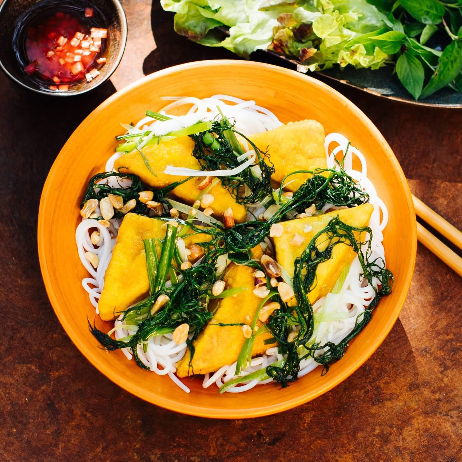 Veganer Tofu mit Kurkuma und frischem Dill