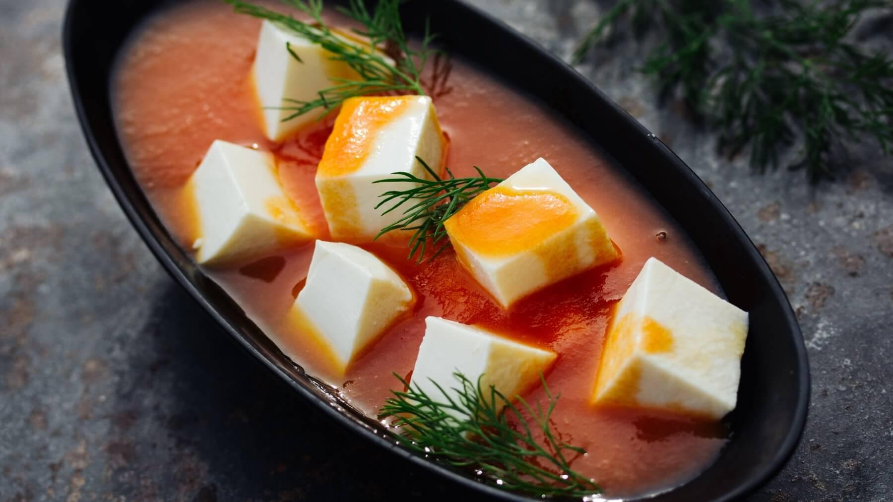 Tomatensuppe mit Tofu und frischem Dill