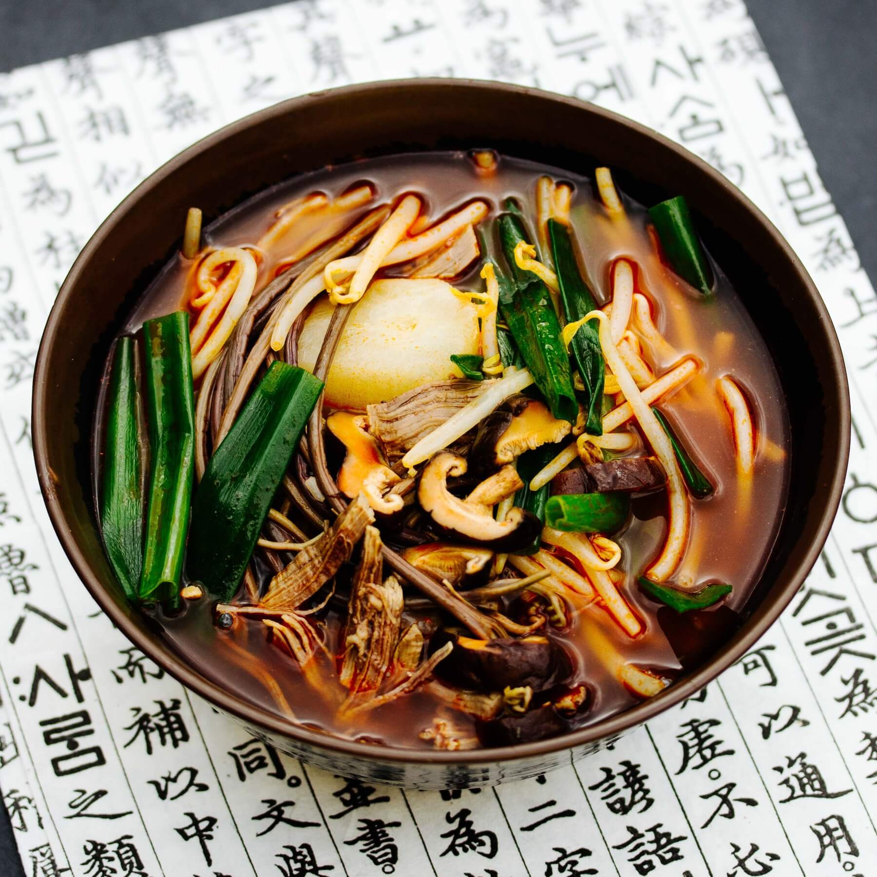 Scharfe Gemüsesuppe mit Rindfleisch aus Korea - Yukgaejang